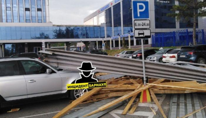 Сильный порыв ветра в Барнауле снес часть крыши ТЦ Plaza на парковку