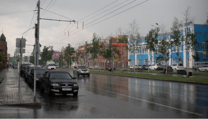 Штормовое предупреждение объявили в Алтайском крае: грозы, град и сильный ветер