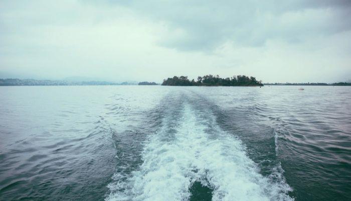 Остаться в живых: на Камчатке ищут пассажиров перевернувшегося катера