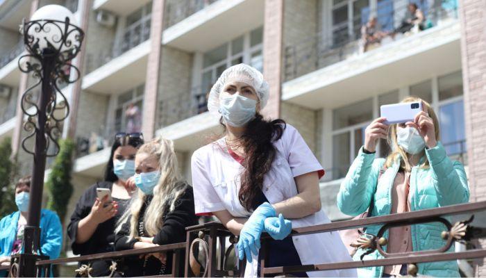 Симфонический оркестр сыграл Let It Be медикам из ковидных госпиталей Барнаула