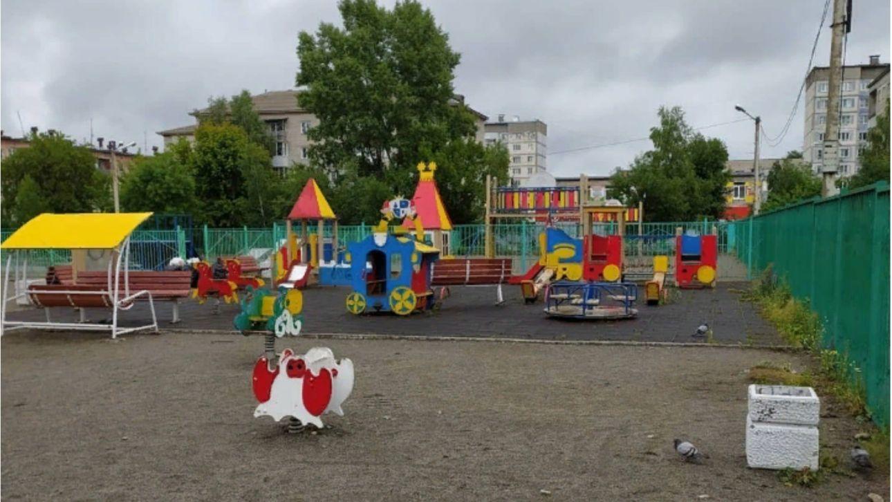 Бийчанин очистил от мусора детскую площадку Натальи Водяновой