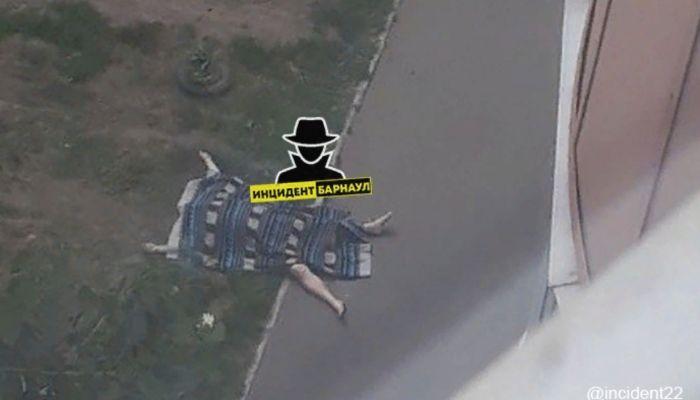 Очевидцы: мужчина выпал из окна многоэтажки в Барнауле