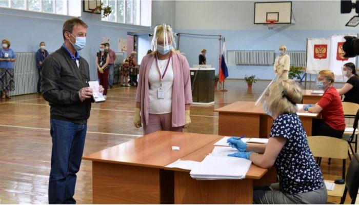 Известные политики проголосовали в Барнауле по поправкам в Конституцию
