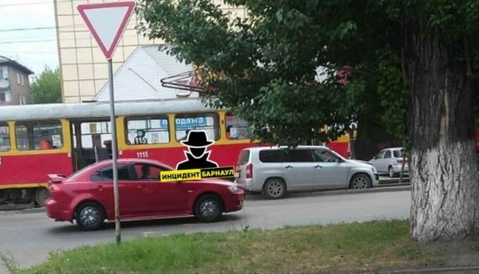 Движение заблокировано: легковушка столкнулась с трамваем в Барнауле