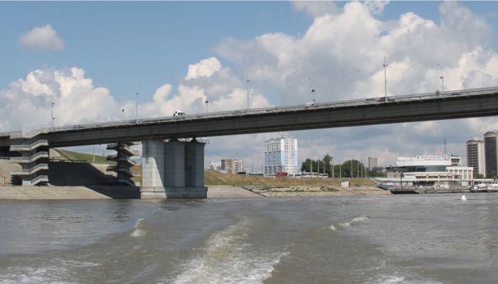 Двух подростков на бревне спасли на Оби у Нового моста в Барнауле