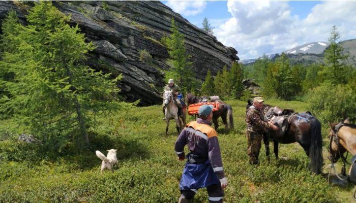 Алтайские спасатели на лошадях вывезли пострадавшего туриста