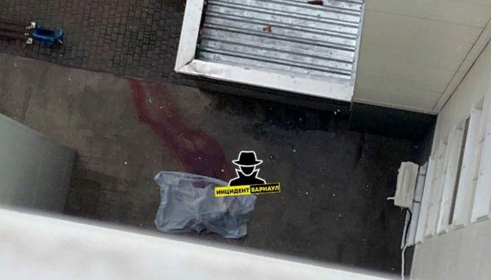Подросток выпал из окна многоэтажного дома в Барнауле