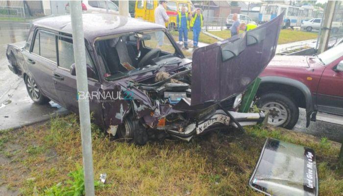 По встречке на красный и рухнувший светофор: в Барнауле произошло серьезное ДТП