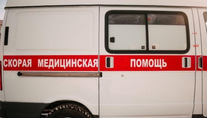 Мужчину с порезанным горлом нашли на тротуаре в Барнауле