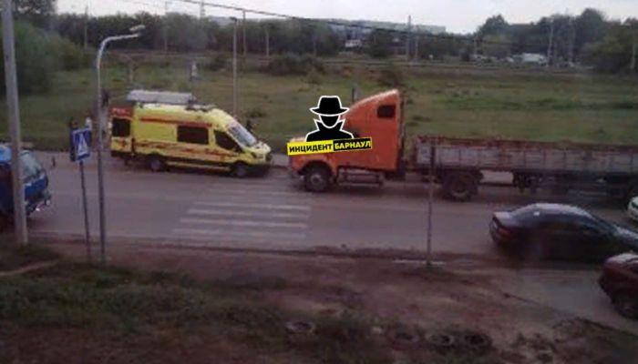 В Барнауле машина сбила подростка, переходившего дорогу