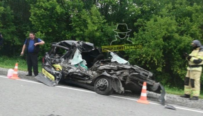 Машина такси серьезно пострадала в ДТП на алтайской трассе