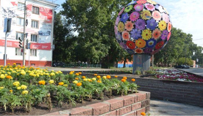 Огромный цветочный шар установили на клумбе в Барнауле