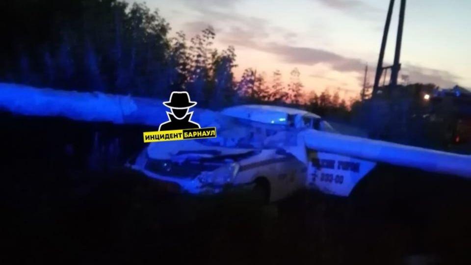 Залетел под трубу: в Алейске произошла смертельная авария с участием такси