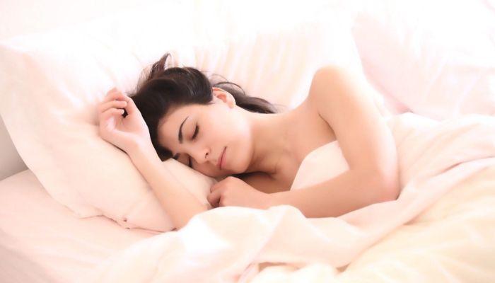 Советы врача: как хорошо спать в жару без кондиционера