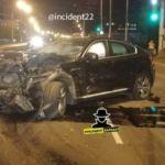 Автомобиль BMW сильно смяло во время ДТП в Барнауле