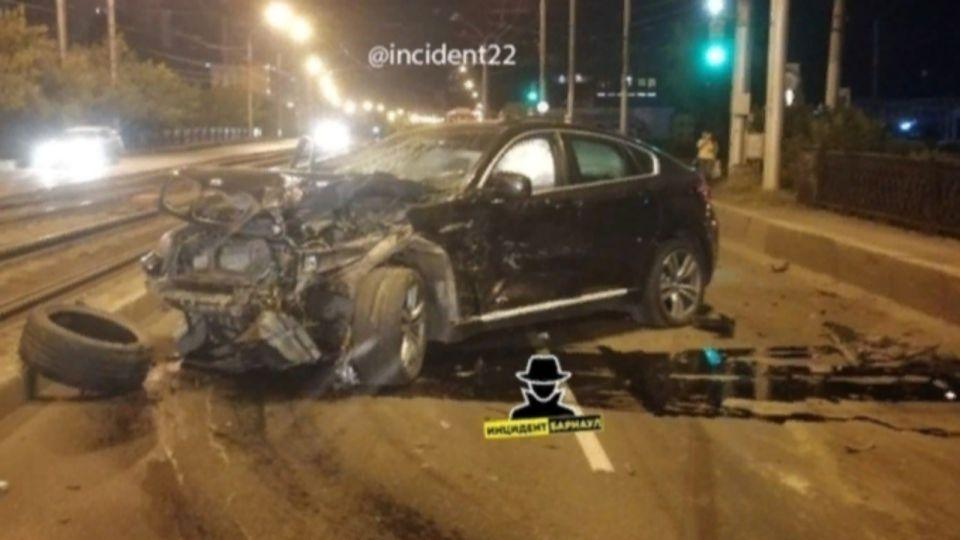 "Автомобиль BMW сильно ""смяло"" во время ДТП в Барнауле"