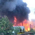 Загорелись два дома: сильный пожар устранили в Барнауле