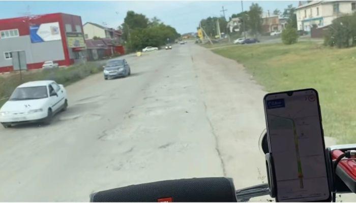Как после бомбежки: блогер-дальнобойщик раскритиковал каменские дороги