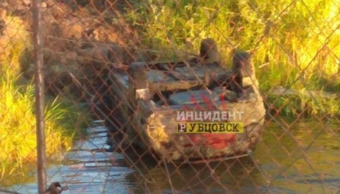 На дне алтайской реки обнаружили автомобиль с мертвым водителем