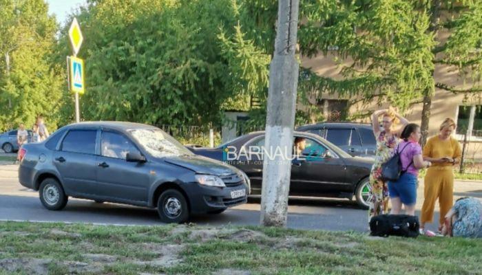 На Потоке в Барнауле легковушка сбила на зебре двух пешеходов