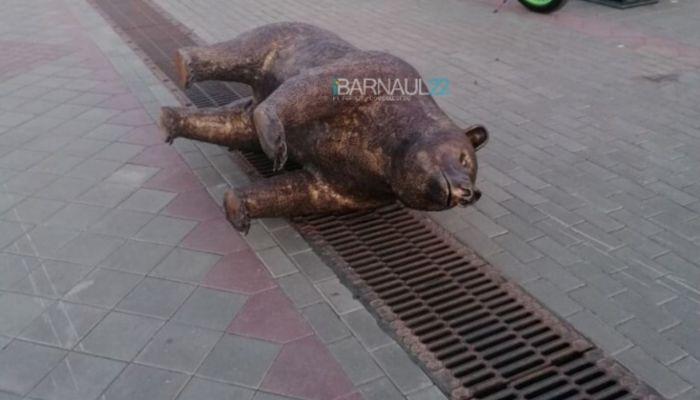 Проснулся и снова охраняет город: статую медведя перевернули в Барнауле