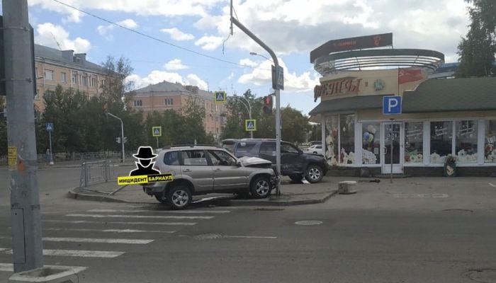 Автомобили отбросило на тротуар во время ДТП в Барнауле