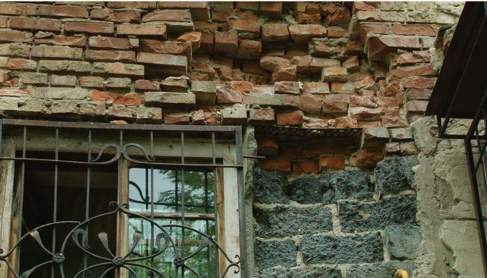 Коммунальный патруль: разбитые дороги и ремонт аварийного дома своими руками