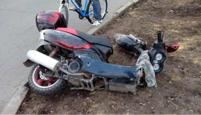 В Бийске 17-летний мотоциклист столкнулся с микроавтобусом