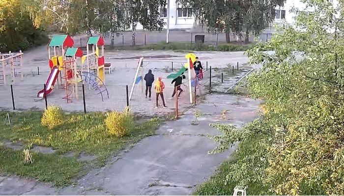 Дети-вандалы атаковали игровые площадки в барнаульских дворах