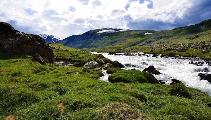 Вандалы изуродовали белой краской гору в Республике Алтай