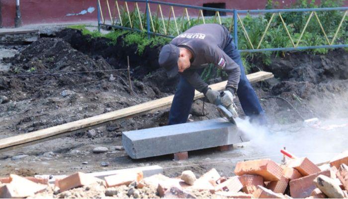 Только один двор из 78 запланированных благоустроили в Бийске за лето
