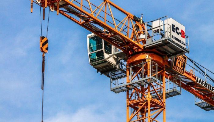 В Новосибирске рабочий устроил бунт на башенном кране из-за долга по зарплате
