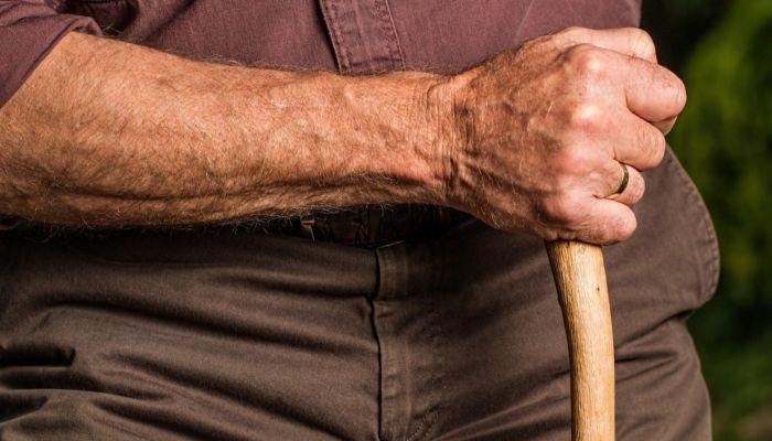 На Алтае горе-внук сломал нос дедушке и ударил его телевизором по голове