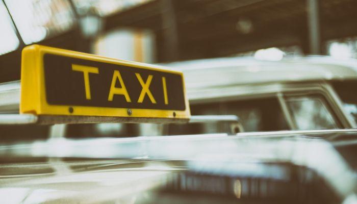 В Барнауле таксист украл вещи из багажника чужого автомобиля