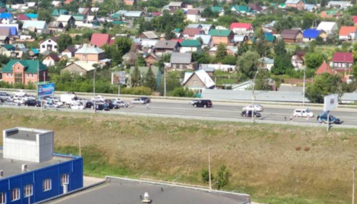 В Новосибирске толпа десантников перекрыла мост через Обь