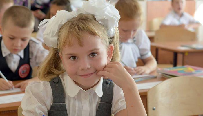 Строгое соблюдение санитарных норм в школах могут смягчить