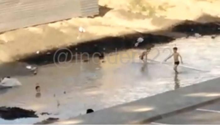 В Барнауле на видео попали резвящиеся в грязной луже у стройки дети