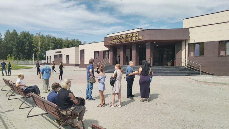 В Барнауле простились с семьей, погибшей на алтайской турбазе