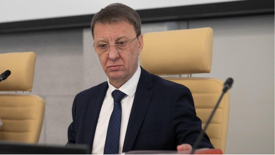 Соцсети обсуждают видео с попыткой мэра Барнаула надеть маску на глаза