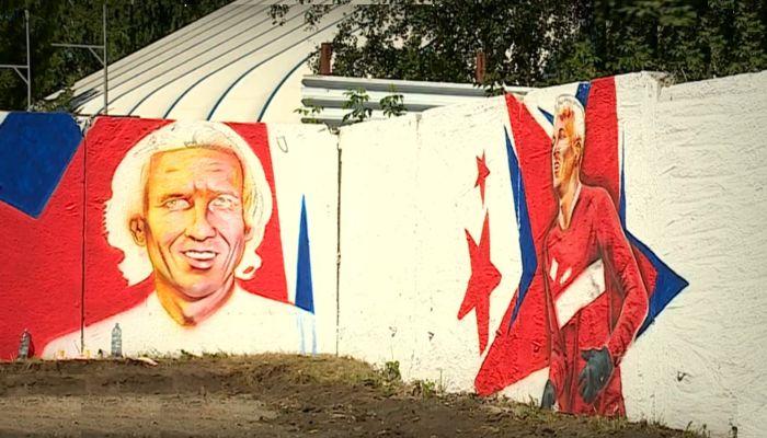 Стадион в Барнауле украсили огромными портретами футбольных звезд