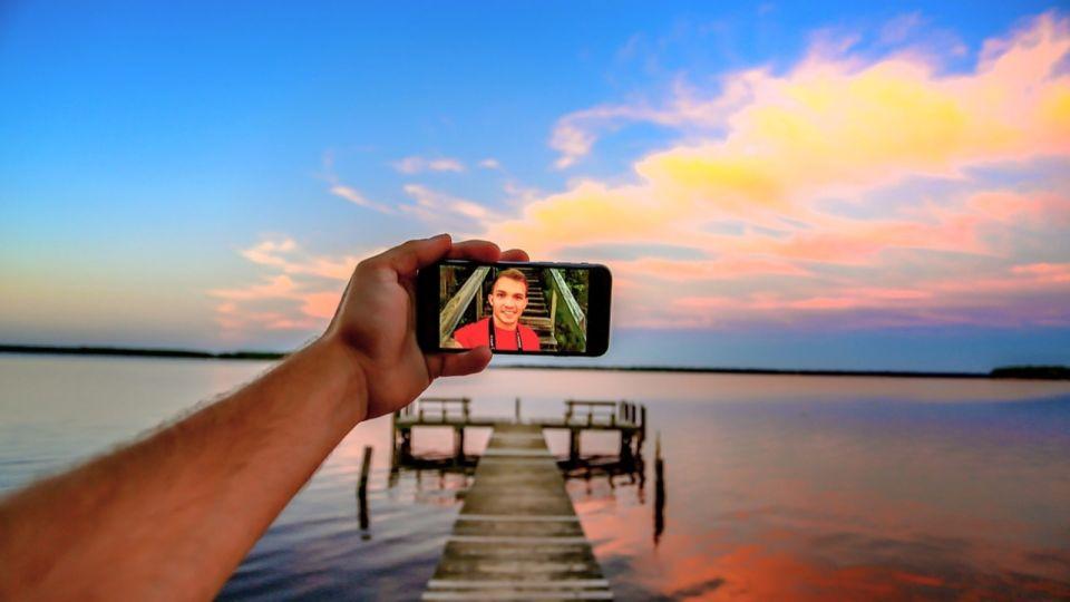 """Ой, всё: как спасти смартфон и вернуть его """"к жизни"""", если он упал в воду"""