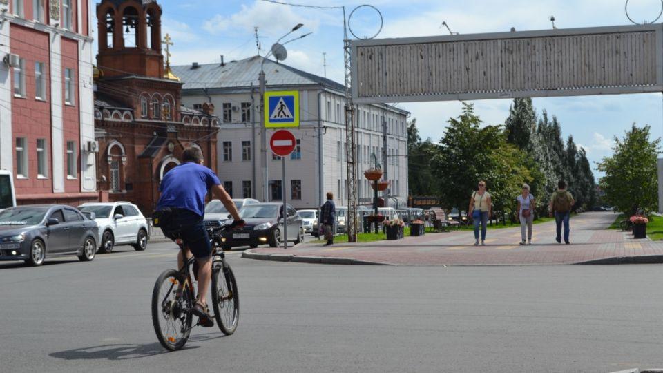 Гоняют, как бессмертные: по главной аллее Барнаула нельзя идти и ехать напрямую