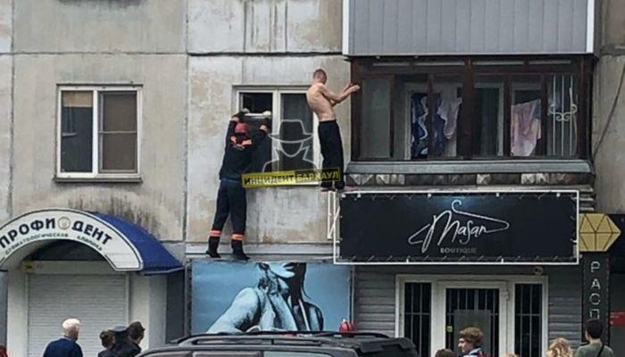 В Барнауле мужчина долго висел с внешней стороны балкона, а потом упал