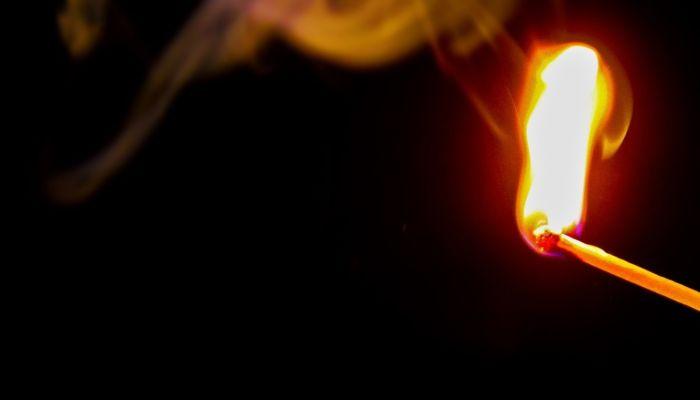В Новосибирске мужчина облил бензином сожительницу и поджег зажигалкой