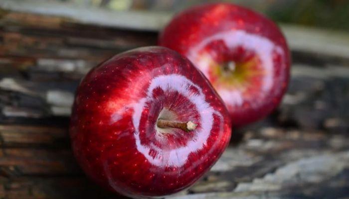 Эксперты рассказали, кому опасно есть слишком много яблок