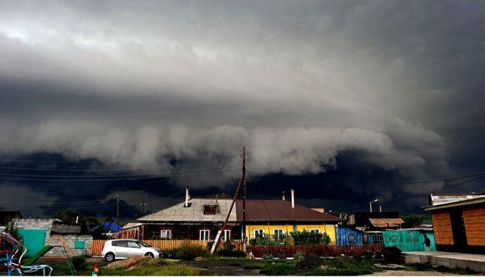 Рубцовчанин сделал впечатляющие фотографии грозовых облаков
