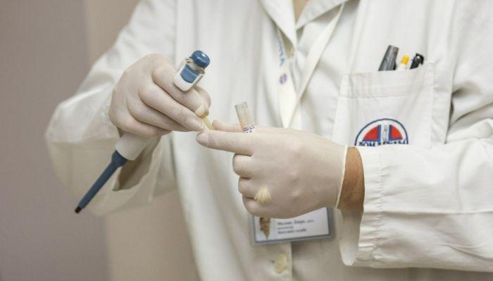 Власти Алтайского края наградят 17 медиков, борющихся с COVID