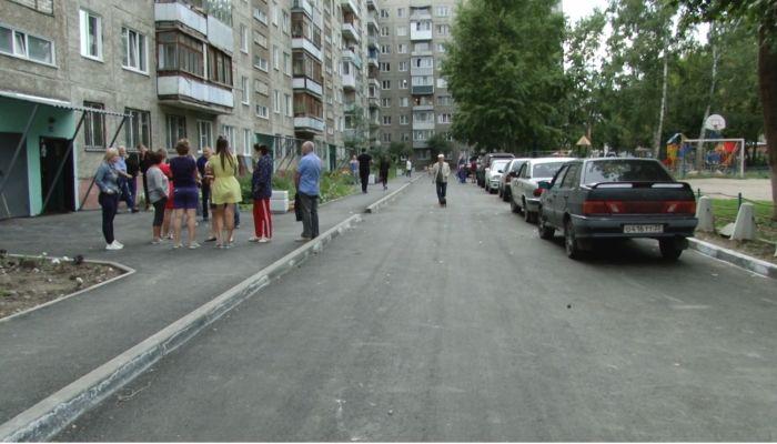 Лужи и риск сгореть: жильцы многоэтажки в Барнауле недовольны ремонтом двора
