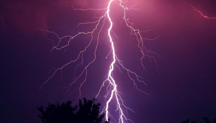 В Каменском районе отключилось цифровое ТВ из-за удара молнии