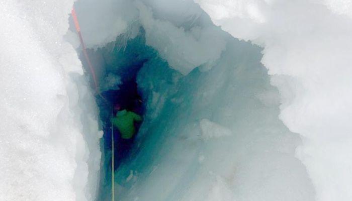 Россиянка в шортах и без снаряжения упала в расщелину ледника в Альпах